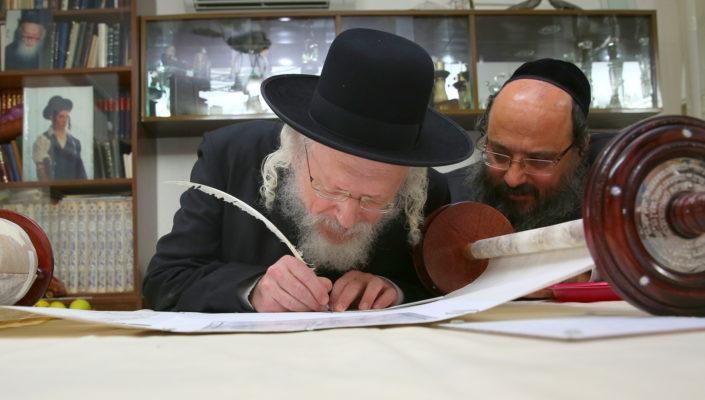 Photo of הנצחה בספר תורה