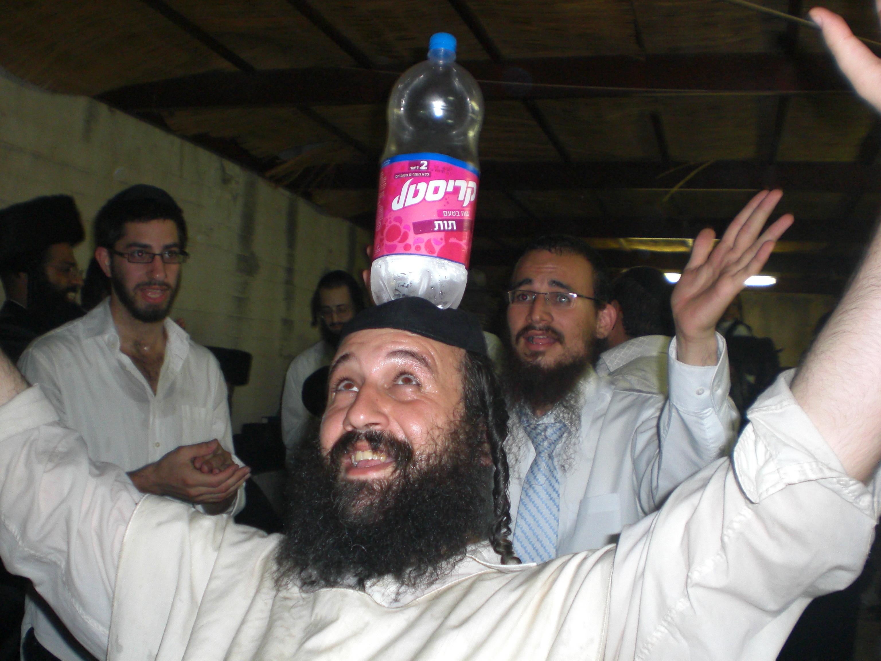 ריקודים,ברסלב,שמחה,,בקבוק על הראש