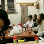 ישיבת ברסלב, סעודת עניים,חיוך,אוכל,נזקקים